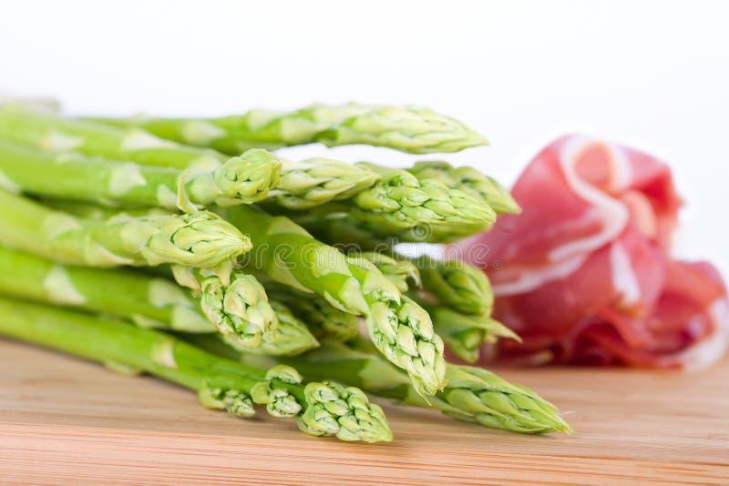 grön skinka för sparris arkivbild