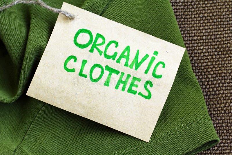 Grön skjorta med den organiska kläderetiketten royaltyfri fotografi