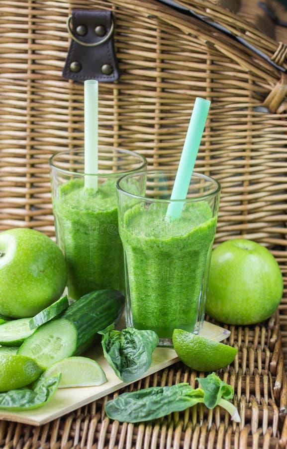 Grön smoothie av spenat, Apple, gurkan och limefrukt fotografering för bildbyråer