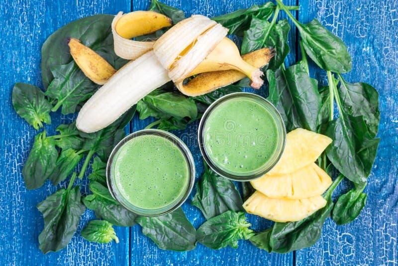 Grön smoothie för Detox med spenat, ananas, bananen och yoghurten, bästa sikt royaltyfria foton