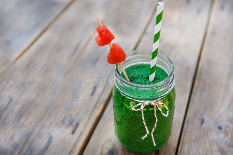 Grön smoothie för spenat som den sunda sommardrinken. fotografering för bildbyråer