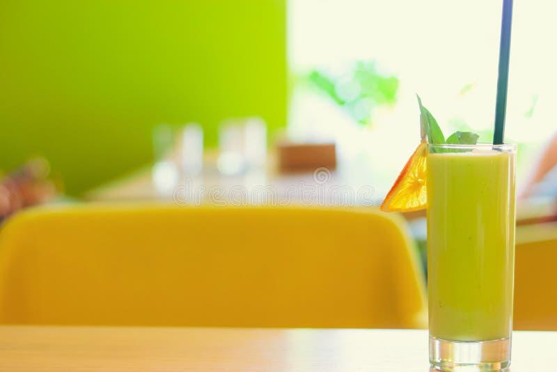 Grön smoothie i kafé royaltyfri fotografi