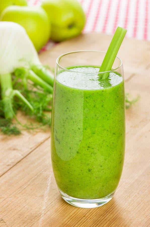 Grön smoothie med äpplet och fänkål arkivfoton