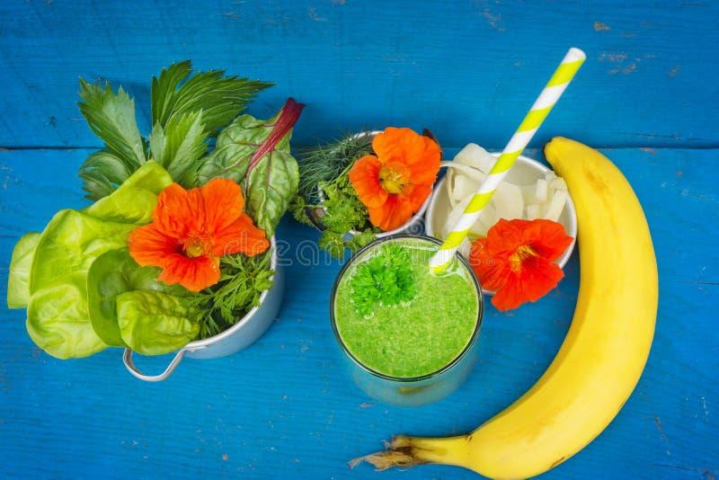 Grön smoothie med charden fotografering för bildbyråer