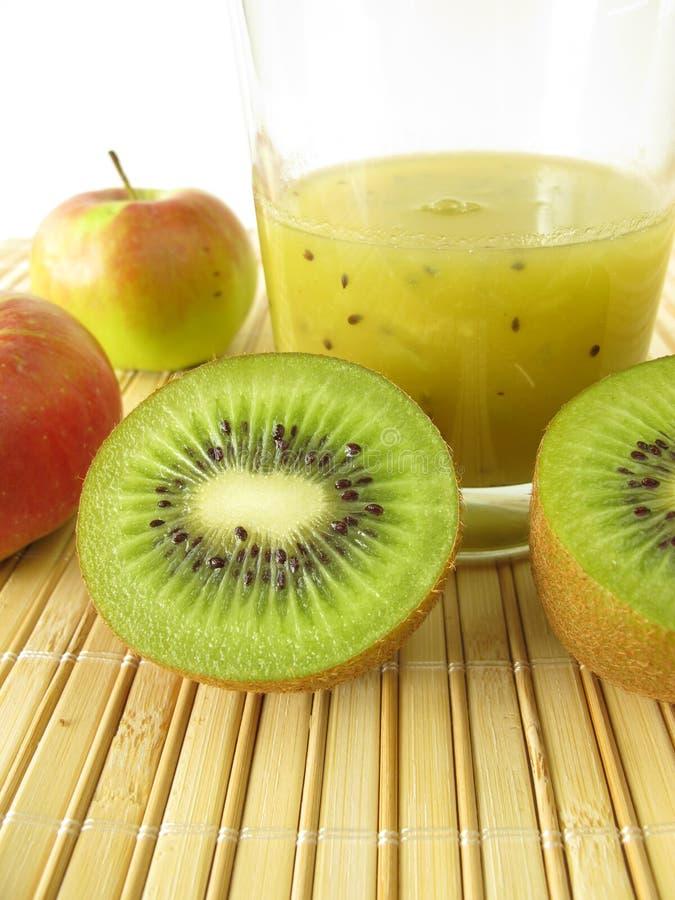 Smoothie med kiwifruiten och äpplet arkivbild