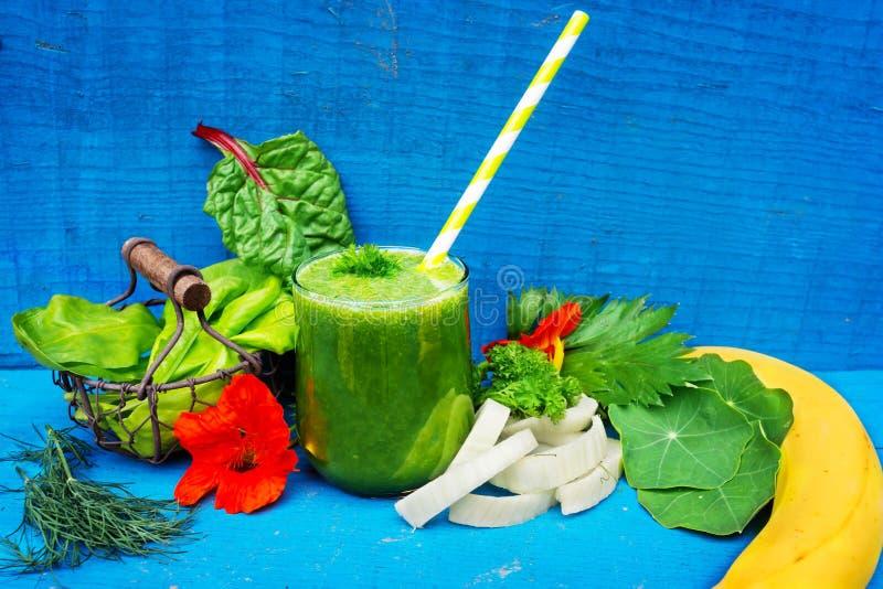 Grön smoothie, nya grönsaker arkivfoton