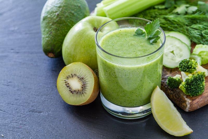 Grön smoothie och ingredienser royaltyfri bild