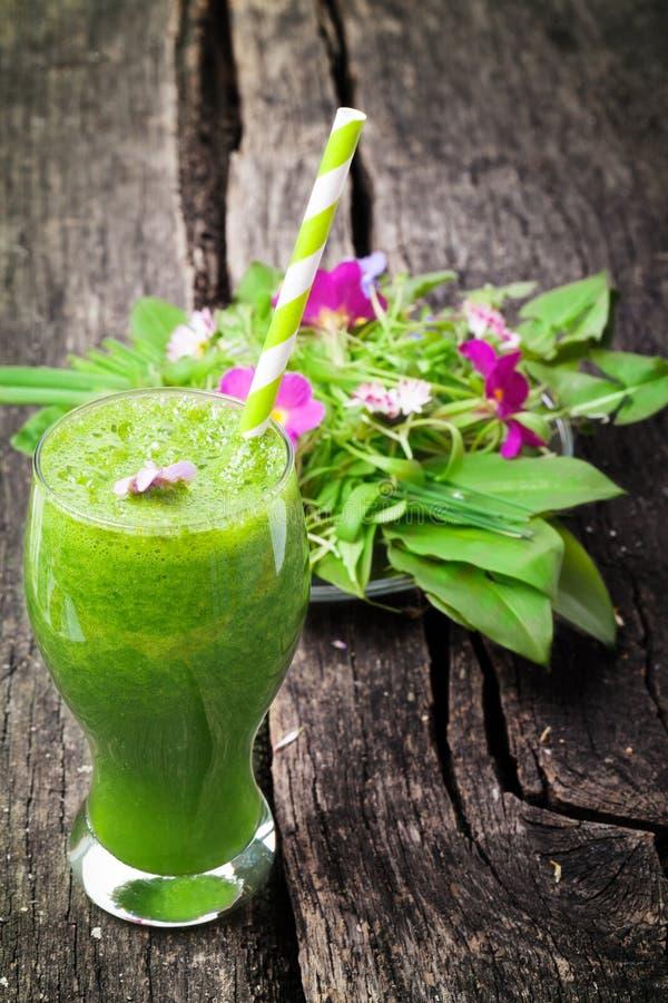 Grön smoothie och sallad arkivfoto