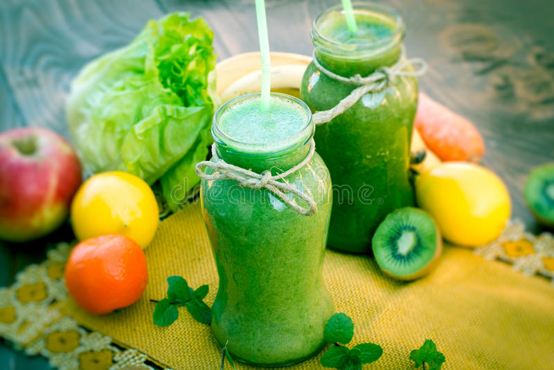 Grön smoothie - sund dryck royaltyfria bilder