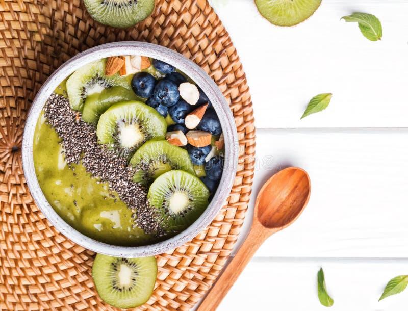 Grön smoothiebunke med kiwi-, blåbär- och chiafrö royaltyfria foton