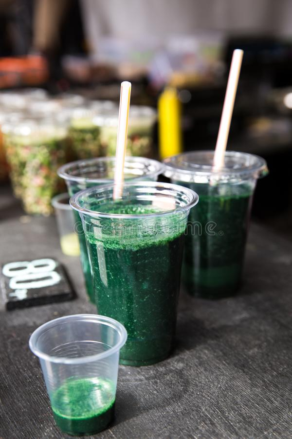 Grön smoothiecoctail med spirulina, chlorellaen och algen på wo fotografering för bildbyråer