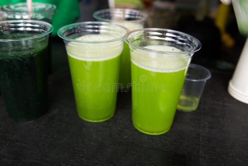 Grön smoothiecoctail med spirulina, chlorellaen och algen på wo arkivfoto