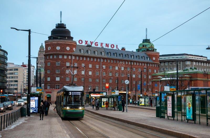 Grön spårvagn på gatan av det Helsingfors centret arkivbilder