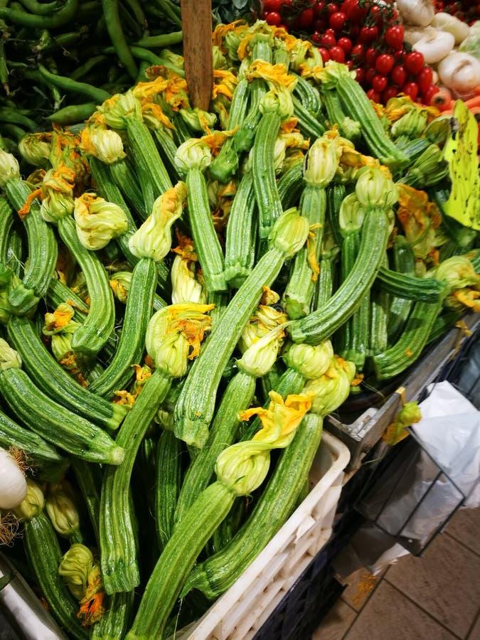 Grön squash med blomningar arkivfoton