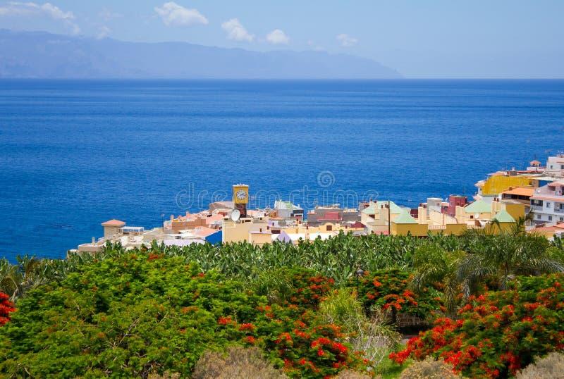 Grön stad vid havet royaltyfri foto