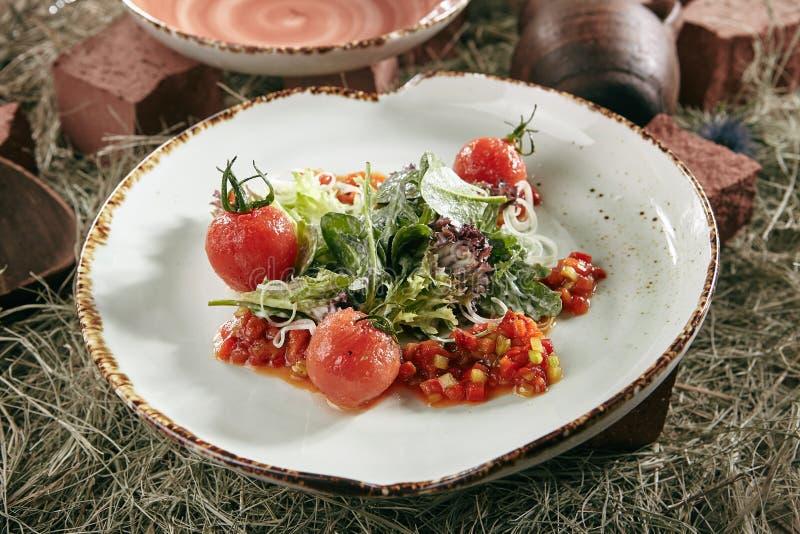 Grön strikt vegetariansallad med bakad söt peppar, röda Cherry Tomatoes och grönsallatsidor arkivfoton