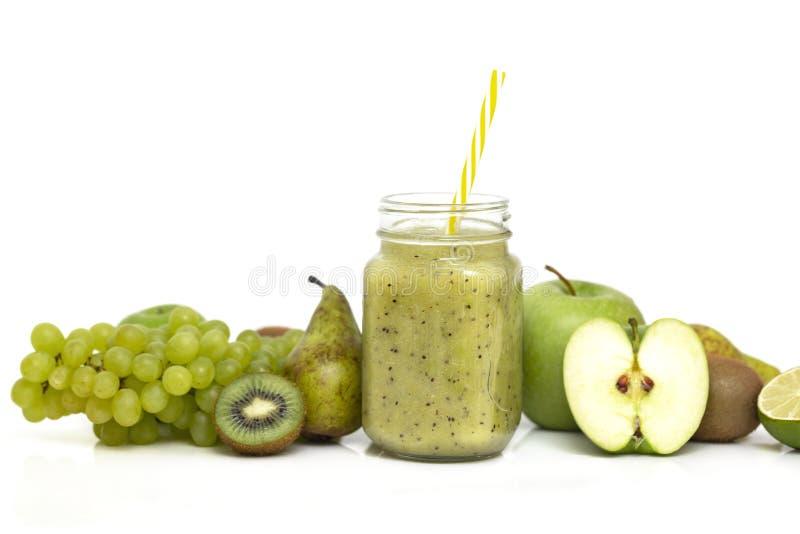 Grön sund smoothie i exponeringsglaskrus: kiwi, druvor, päron, gröna Apple, limefrukt och avokado Strikt vegetarian vegetariskt m arkivfoto