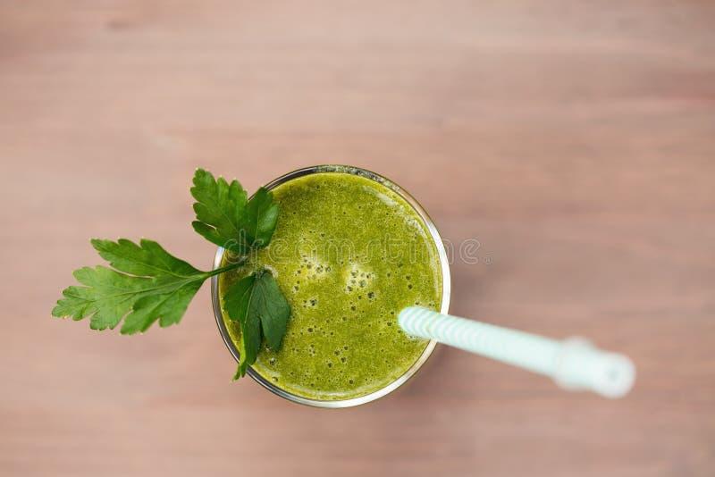 Grön sund smoothie med spenat, grönt äpple och selleri fotografering för bildbyråer