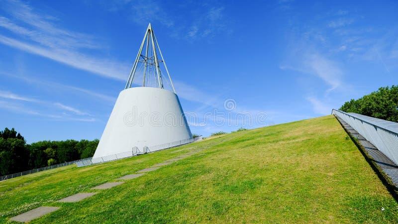 Grön taköverkant av det hållbara arkivet på delftfajansunversityen, vit modern arkitektur på grönt gräs med bulehimmelbakgrund arkivfoton