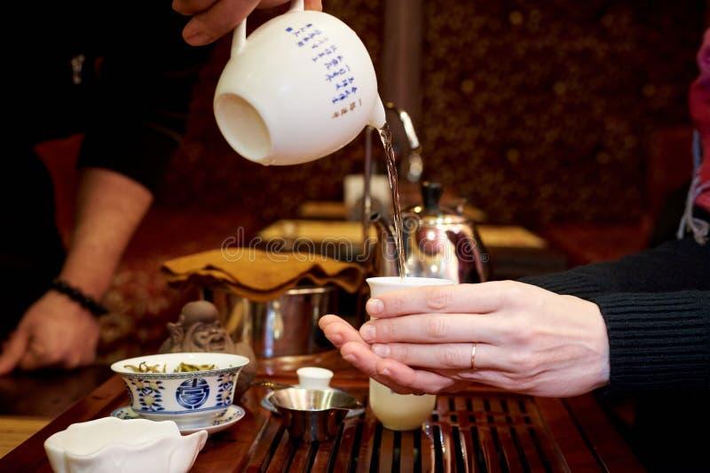 Grön tea med koppen och teapoten arkivbild