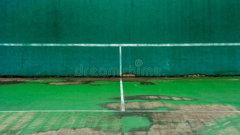 Grön tennisbana och vägg för övning royaltyfri fotografi