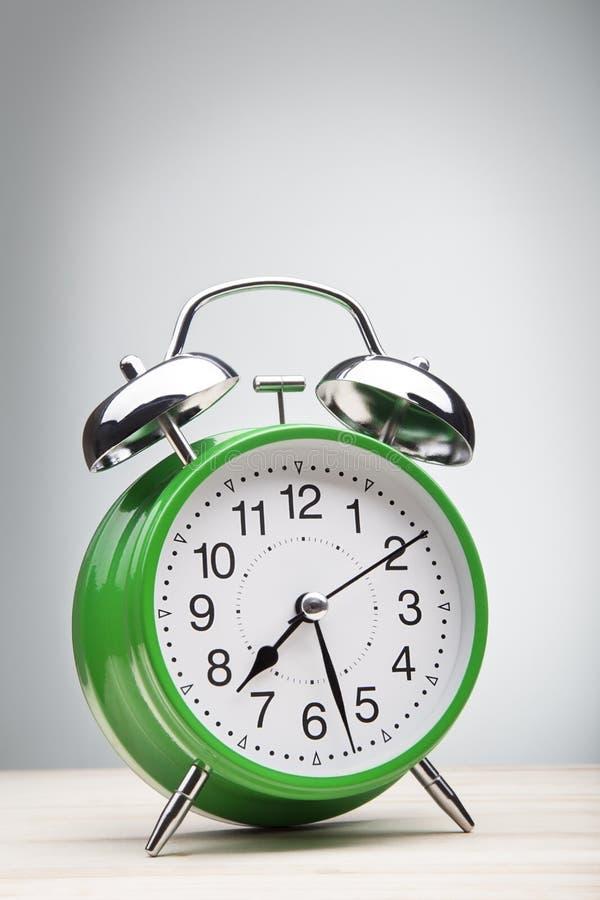 Grön tid för ringklockamorgonvak-upp royaltyfri bild
