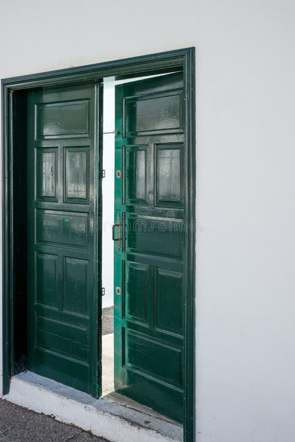 Grön träöppen dörr royaltyfri bild