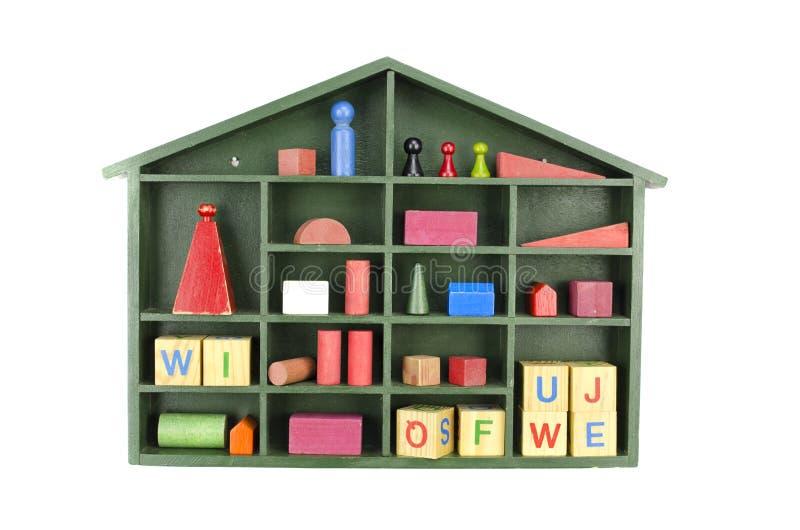 Grön träaskhylla för tappning med isolerade leksaker royaltyfri foto