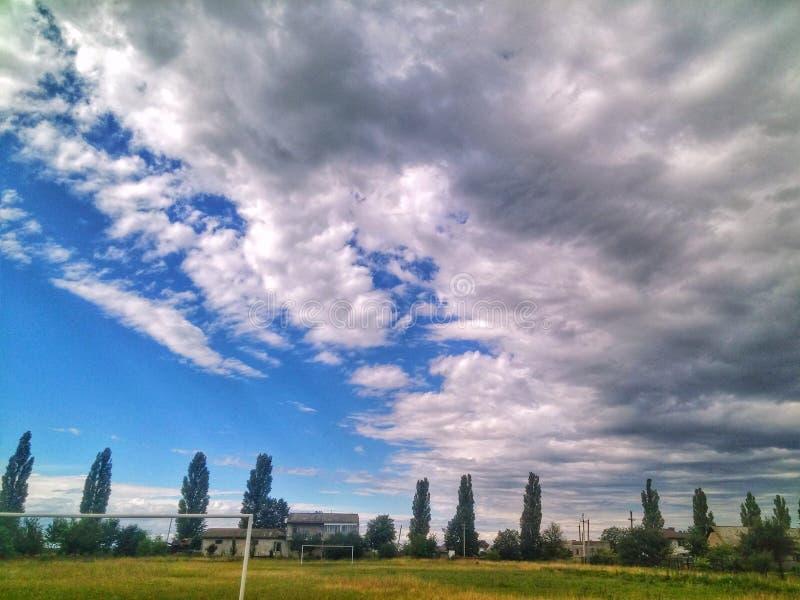 grön trädhimmel fördunklar utomhus- sommar för fotbollnatur arkivfoto