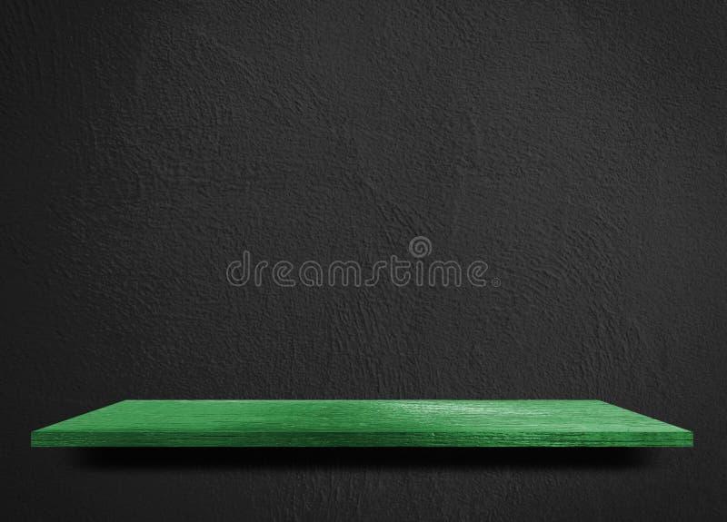 Grön trähylla på den svarta cementväggen royaltyfria foton