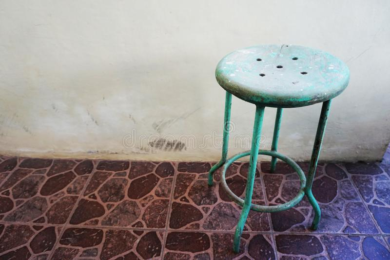 Grön traditionell bänk för stål och för trä arkivfoto