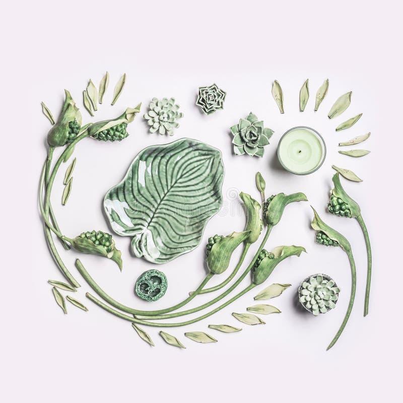 Grön tropisk sida- och krullningsblommasammansättning med stearinljuset på vit bakgrund, bästa sikt, lekmanna- lägenhet spa welln royaltyfri foto