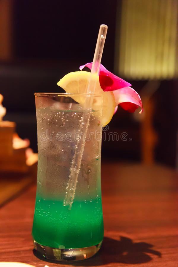 Grön tropisk sommarfröjdsodavatten Mocktail, förnyande läsk som ska bli av med törstat med söt arom från limefrukt och orkidé arkivbild