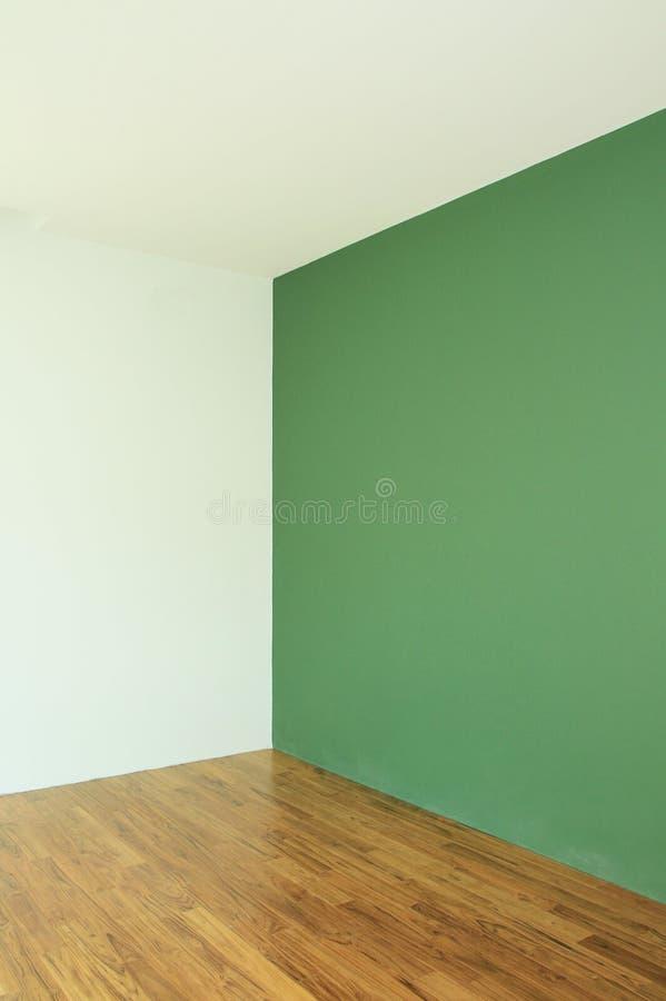Grön vägg med trägolvet arkivfoton