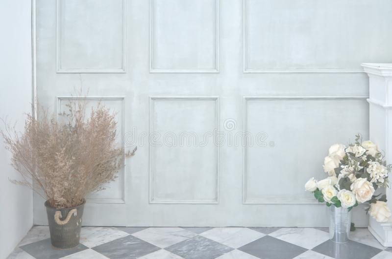 Grön vägg- och blommavas arkivfoton