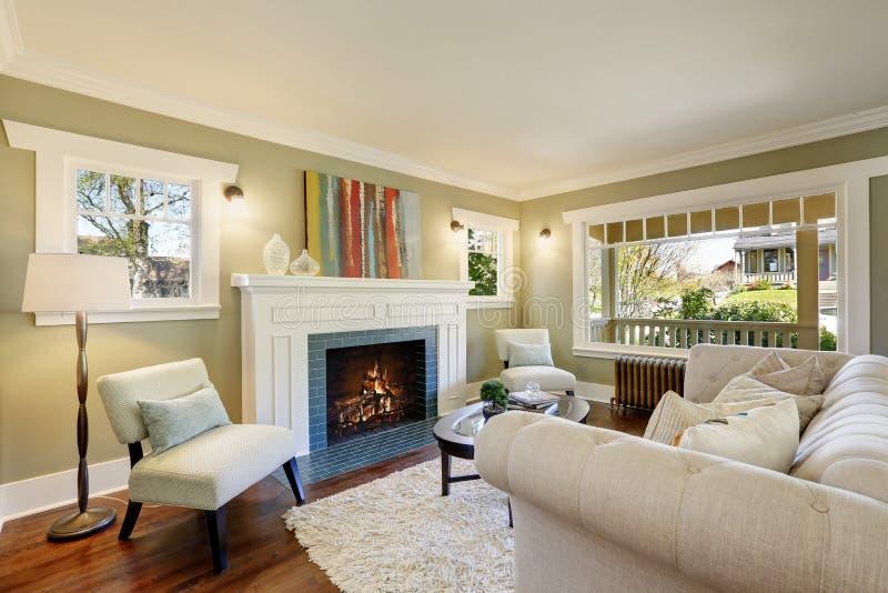 Grön vardagsrum för stil med en traditionell spis arkivfoton