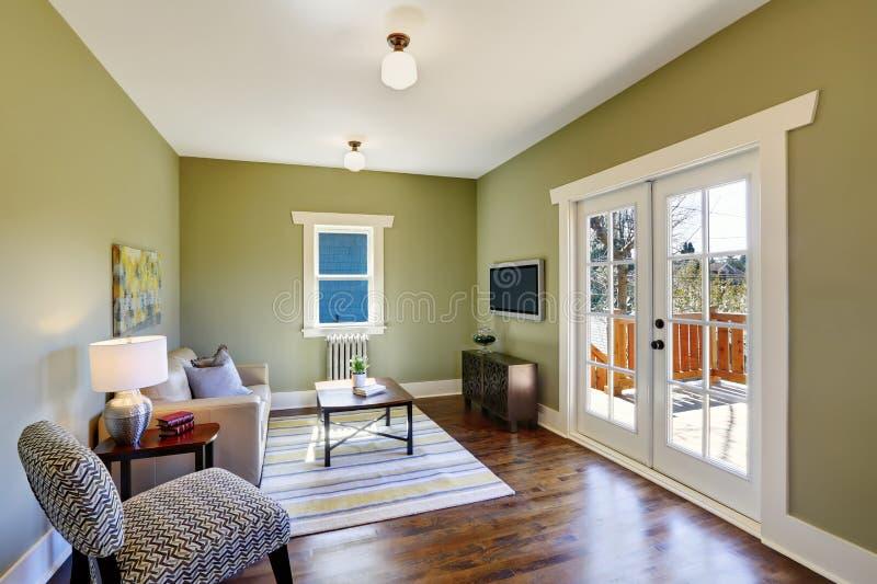 Grön vardagsrum med grangolvet royaltyfria foton