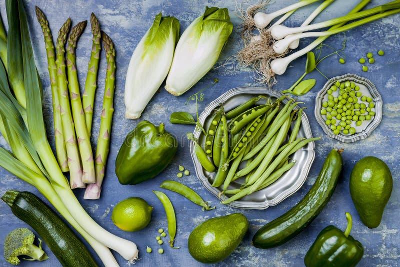 Grön veggiesgrupp Vegetariska matställeingredienser Grön grönsakvariation Över huvudet plan lekmanna- bästa sikt, royaltyfri foto