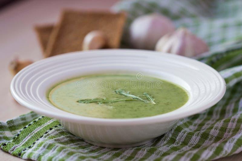 Grön vitlökkrämsoppa med sidarukolaen, arugula som är sund royaltyfria foton