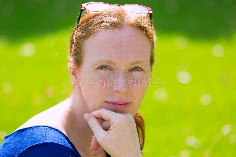 Gröna ögon för mitt- stående för ålderrödhårig mankvinna royaltyfri fotografi
