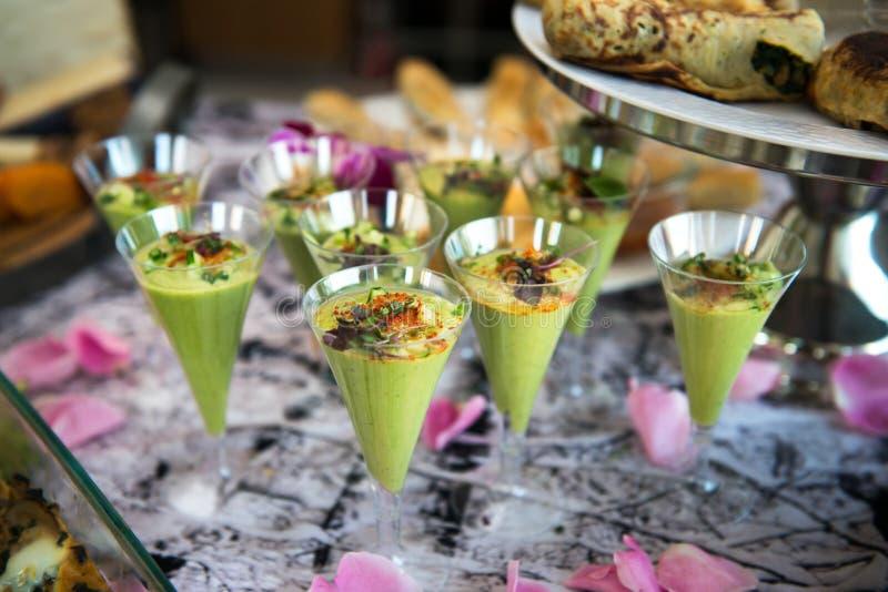 Gröna avokadococtailskott tjänade som på att sköta om buffétabellen royaltyfri fotografi