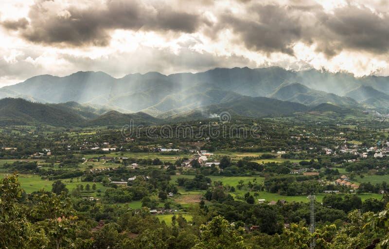 gröna berg för dimma över royaltyfri fotografi