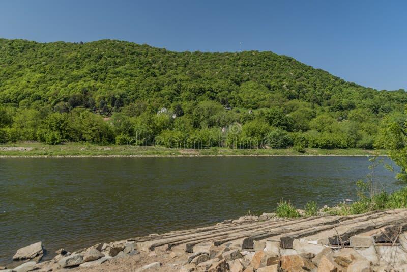 Gröna berg i dalen av floden Labe royaltyfri fotografi
