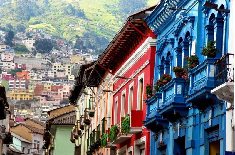Gröna berg och kolonial arkitektur i Quito, Ecuador royaltyfri foto