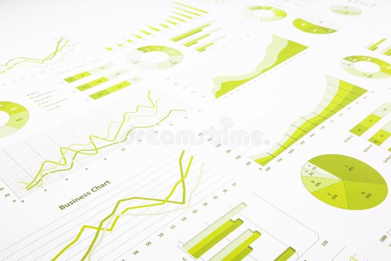 Gröna beträffande grafer, diagram, marknadsföringsforskning och affärsettårig växt royaltyfri bild