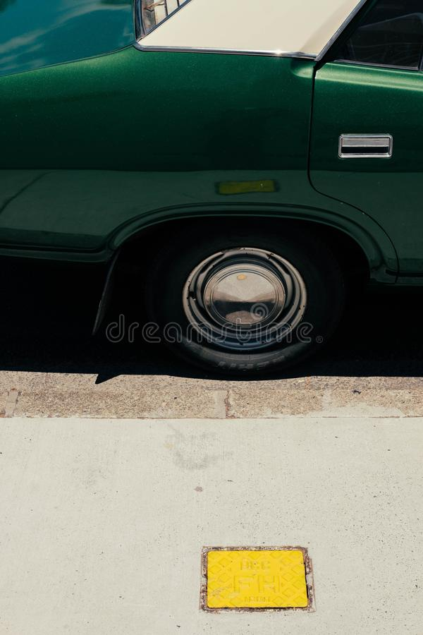 Gr?na bils f?r gammal tappning gummihjul arkivfoto