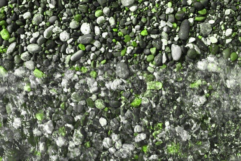 Gröna briljanta flodkiselstenar som är våta vid vågtextur - härlig abstrakt fotobakgrund arkivbilder
