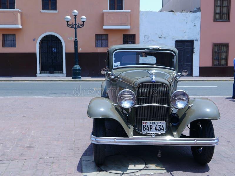 Gröna dörrar för Ford De Luxe kupé två i Lima fotografering för bildbyråer