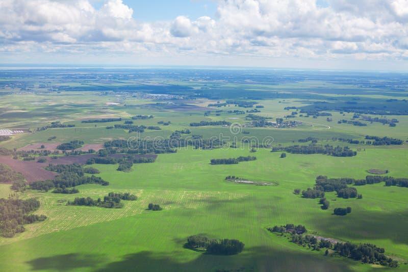 Gröna fält och skogar, blå himmel och panorama- flyg- sikt för vit molnbakgrund, soligt för Europa för sommardag landskap natur arkivfoton