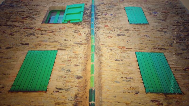 Gröna fönster arkivfoto